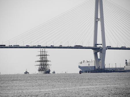 名港トリトンを通過する日本丸
