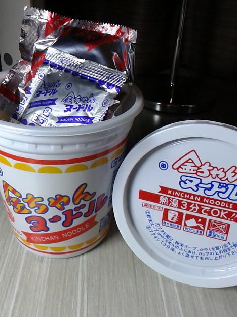 写真: 金ちゃんヌードル発見。ちゃんぽん麺と並んで西にしか売ってないもの。