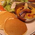 スープカレーに全粒粉パンケー……パンとカレーやん。