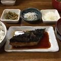 会社は休み取ってるのに渋谷。お昼は魚屋さんのぶり照り。皮まで食べられるようにぱりっと焼いてあるからウレシイ。