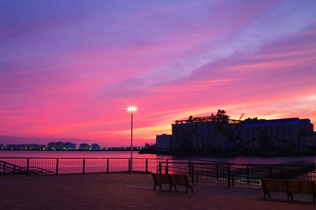 写真: 燃ゆる港