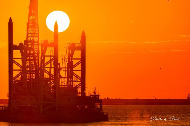 夕陽と作業船