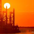 写真: 夕陽と作業船