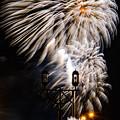 写真: 街燈ー花火