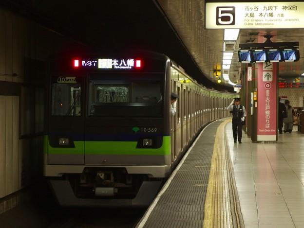 都営新宿線新宿駅5番線 都営10-560F各停本八幡行き挨拶