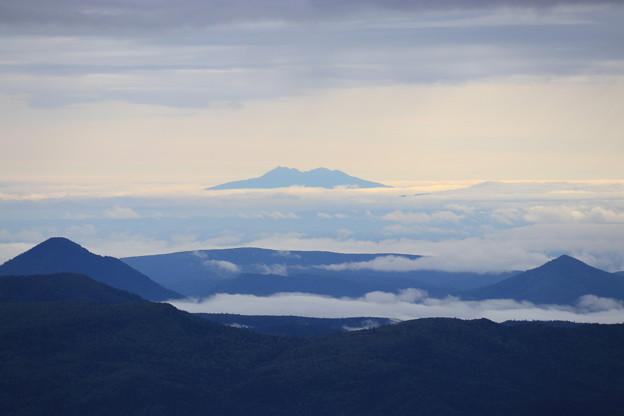 雲海に浮かぶ斜里岳