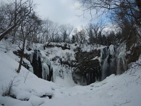 凍りつく アシリベツの滝