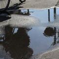 水たまりの自転車