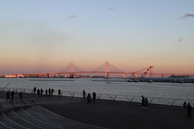 夕日に染まる横浜ベイブリッジ