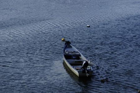 岡山後楽園側の旭川に浮かぶ小舟