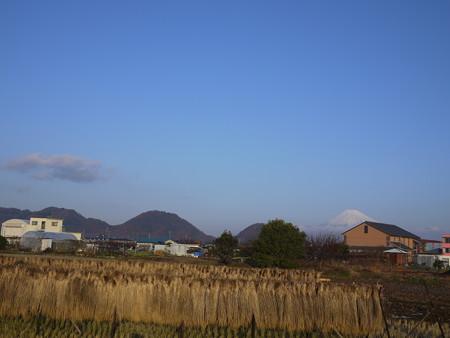 藁と富士山と青い空