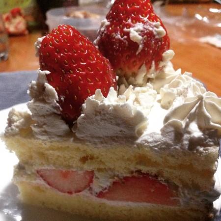 半分手作りケーキ!贅沢にイチゴ2個on!