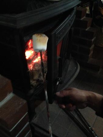 薪ストーブのオキ火で焼マシュマロウマッ!