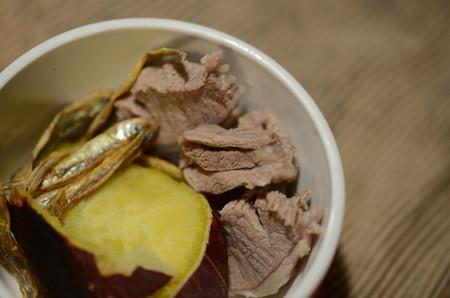 サイドメニューはジャコ、サツマイモ、そして猪肉