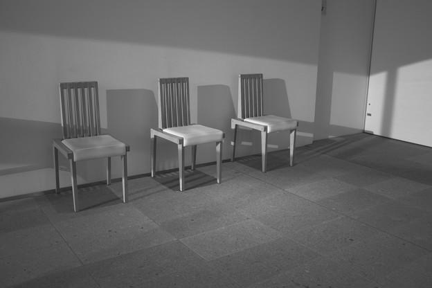 写真: 並べられた椅子