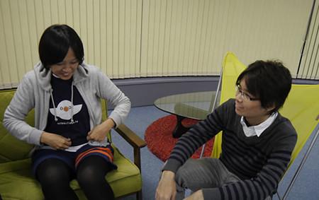 デザイナーの赤塚さんとプログラマの遠藤さんが話している