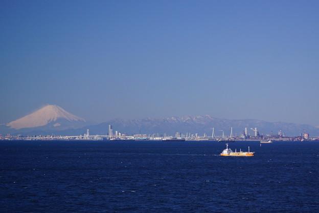 Photos: 富士山と貨物船