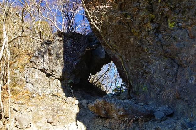 茅ヶ岳から金ヶ岳に向かう途中にある穴のあいた岩