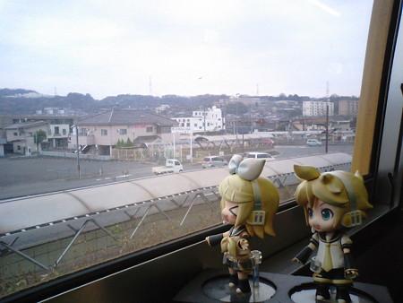 大門駅に停車。 リン:「なんか大問題発生の駅!」 レン:「は?!」
