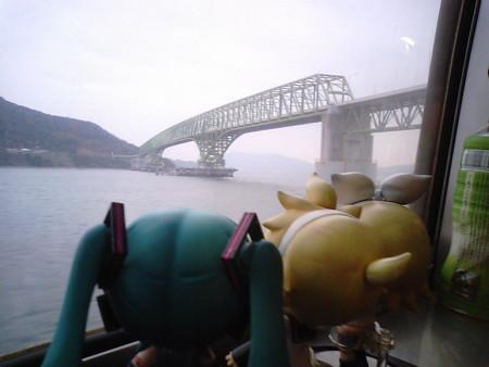 神代→大畠間。 ミク:「この大橋が完成する前は、大畠駅と島の対岸...