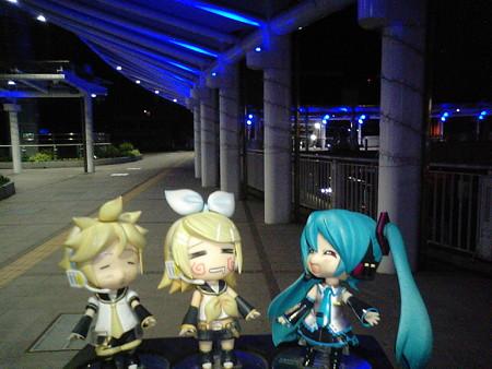 ミク:「小倉駅なうです。ほらほらちゃんと歩いて!」 リン:「んあー...