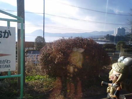 豊後豊岡駅に停車。 リン:「別府湾が見えてきたゅ♪」