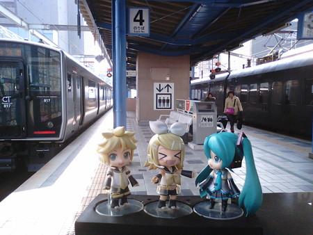 レン:「宮崎駅に着いたよ!」 リン:「ヒューの正体を探し求める旅は...