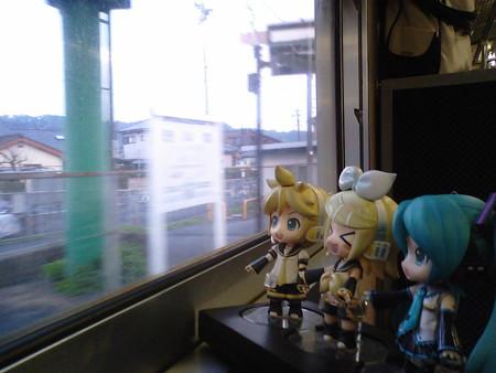 喜入駅に停車。 リン:「喜びが入る駅!!♪」 ミク:「縁起を担いで...