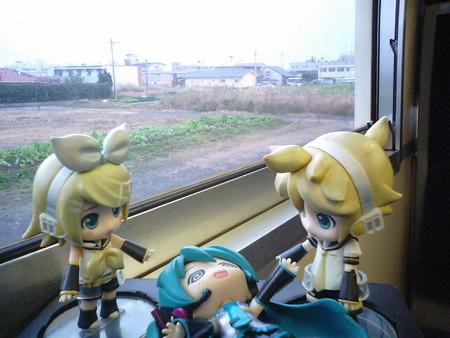 二月田駅に停車。 リン:「まだ枕崎線の半分も走ってないよ? しっ...