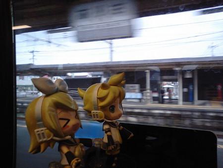 有佐駅に停車。 リン:「日本全国の……ううん! 世界中の、アリサ...