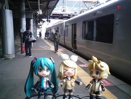 リン:「毛馬本駅…じゃなくて熊本駅に到着ぅー♪」 レン:「次は南熊...