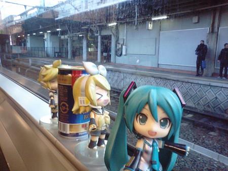 熊本駅に停車。鹿児島本線へ直通します。 ミク:「この電車、熊本駅...