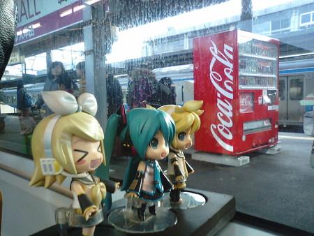 大牟田駅に2分停車。乗客は大半が、この後の快速電車に乗り換えるた...