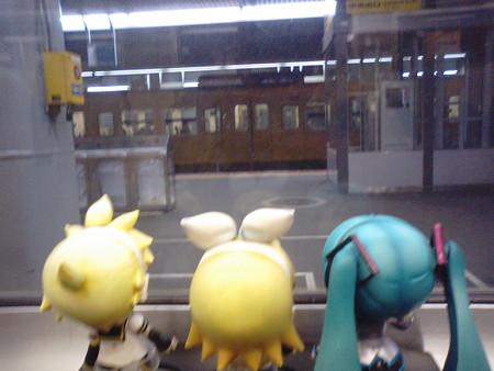 岡山駅に9分停車。 ミク:「岡山駅なら、温かいおうどんがあったか...