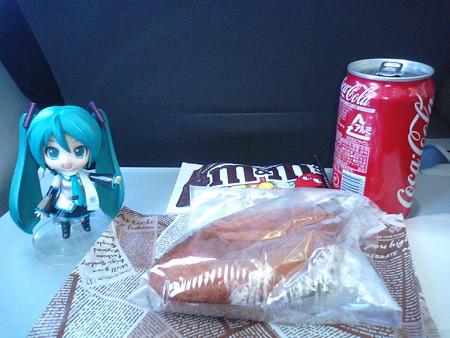 離陸後30分。 ミク:「機内で朝食ですね! カレーパンセットです」