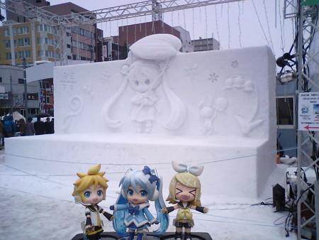 ミク:「雪ミク雪像に到着でぇーす♪」 リン:「きゃぁぁ♪ 今年の雪...