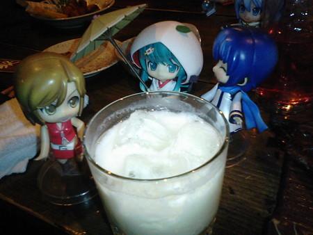 めー:「4杯目は、ミナニコリのアロエヨーグルトだって」 兄:「白無...