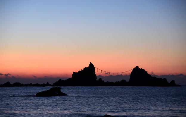 写真: 夜明け前の三ツ石
