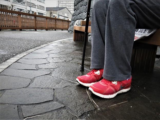 赤いスニーカー