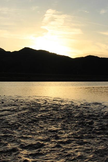 写真: 日没前の川