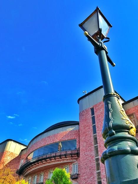 写真: 街灯とピンクの壁の建物