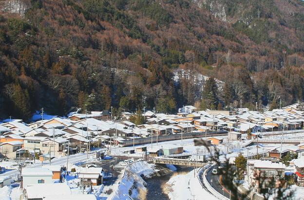 雪の奈良井宿と特急しなの