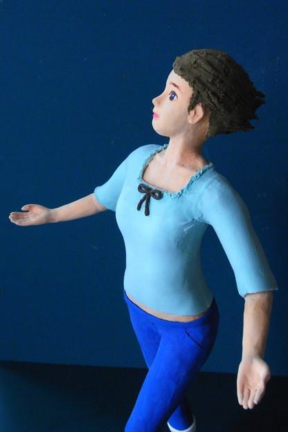 クレイ人形「風に向かって」アップ