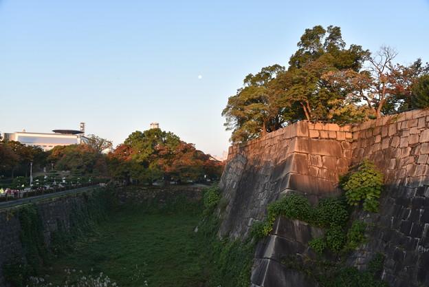 大阪城 桜門付近の内堀 (空堀) と月