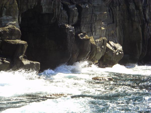 穴に大波が入って独特な音が響きます