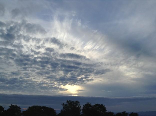 多層の雲、遅い午後のシルエット