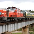 Photos: 鉄橋を渡る「サロンカーなにわ」