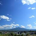 写真: ぽっかり綿雲と斜里岳