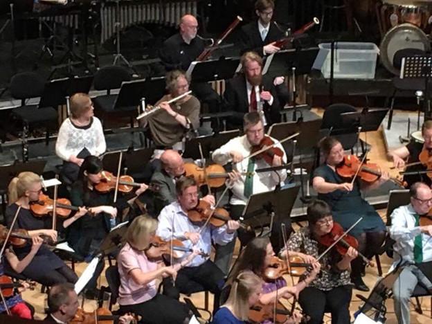 孫娘が交響楽団に混じって演奏