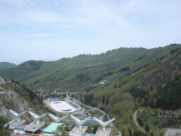 ダムの上からスケートリンクを見下ろす